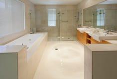 Moderne tweelingbadkamers stock afbeeldingen
