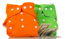 Moderne umweltfreundliche Windeln und Geld, lokalisiert auf Weiß Lizenzfreie Stockfotos