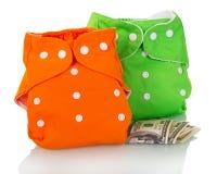 Moderne umweltfreundliche Windeln und Geld lokalisiert auf Weiß Stockfotos