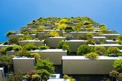 Moderne und ökologische Wolkenkratzer mit vielen Bäumen auf jedem Balkon Stockfotografie