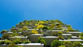Moderne und ökologische Wolkenkratzer mit vielen Bäumen auf jedem Balkon Stockfotos