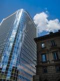 Moderne und alte Architektur im Finanzbezirk von Frankfurt, Deutschland Stockfotos