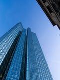 Moderne und alte Architektur im Finanzbezirk von Frankfurt, Deutschland Lizenzfreie Stockfotos