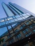 Moderne und alte Architektur im Finanzbezirk von Frankfurt, Deutschland Stockfotografie