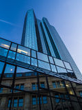 Moderne und alte Architektur im Finanzbezirk von Frankfurt, Deutschland Lizenzfreies Stockbild