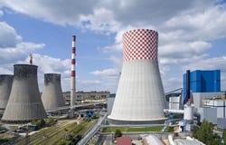 Moderne und alte Kraftwerke Stockfotos