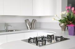 Moderne und elegante weiße Küche Stockfoto