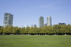 Moderne und grüne Stadt Stockbilder