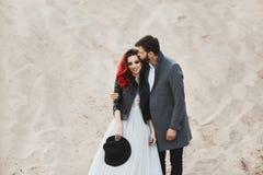 Moderne und stilvolle Paare, sexy vorbildliches Mädchen mit dem roten Haar und mit hellem Make-up, im Spitzekleid und in der stil lizenzfreies stockbild