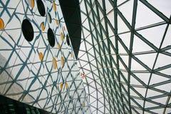 Moderne und zeitgenössische Architekturfiktion mit Glasstahlspalte stockfotos