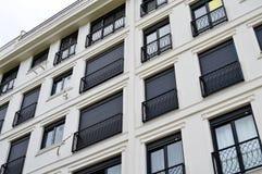 Moderne Unterkunftwohnungen und Details Fassade, Mitte stockbilder