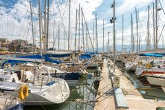 Moderne varende boten die in mooie jachthaven vastleggen stock fotografie