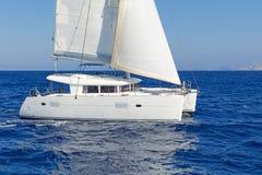 Moderne varende catamaran in actie royalty-vrije stock foto