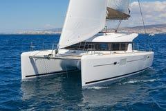 Moderne varende catamaran in actie royalty-vrije stock foto's