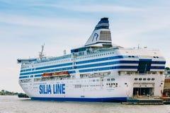 Moderne veerboot - Silja Line - bij pijler het wachten op Stock Fotografie