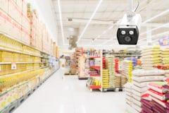 Moderne veiligheidscamera bij de controle van de supermarkt met blurre stock afbeeldingen