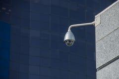 Moderne veiligheidscamera over de bureaubouw Royalty-vrije Stock Afbeelding