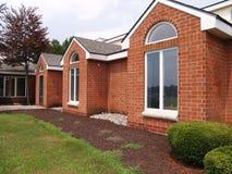 Moderne vensters op een baksteengebouw Royalty-vrije Stock Afbeeldingen