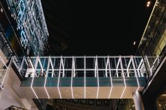Moderne verfraaide gang met licht die tussen twee gebouwen verbond stock fotografie