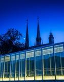Moderne verlichte glasarchitectuur in Luxemburg Stock Foto's