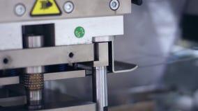 Moderne verpakkende lijn bij farmaceutische fabriek Farmaceutische fabriek stock video
