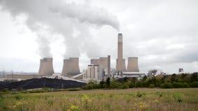 Moderne Verschmutzung gegen Mutter Natur-bewölkten Himmel stock video