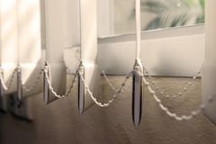 Moderne verticale stoffenzonneblinden op het venster royalty-vrije stock foto