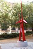Moderne Vertikale der Metallskulptur in der akademischen Welt - stockbilder