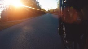 Moderne vervormermotor op bosweg het berijden het hebben van pret die de lege weg drijven stock footage