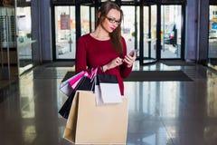 Moderne viel Frau, halten Einkaufstasche Lizenzfreie Stockfotografie