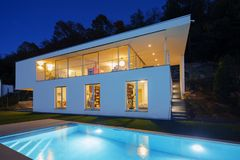 Moderne villa, buitenkant in de nacht, lichten  stock foto's