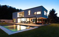 Moderne villa met pool Stock Fotografie