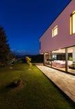 Moderne villa met tuin Stock Fotografie