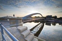 Moderne voetgangersbrug in Krakau, Polen Royalty-vrije Stock Foto