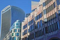 Moderne voorgevels op Eastcheap-Straat in het financiële district van de Stad van Londen met 20 Fenchurch Straatwalkie-talkie in Stock Foto's
