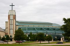 Moderne Vorstadtkirche Stockbild