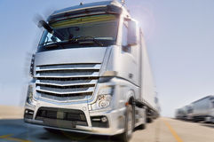 Moderne Vrachtwagen bij dramatische het onduidelijke beeld van de wegmotie Stock Afbeeldingen