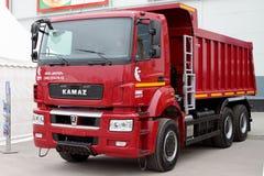 Moderne vrachtwagen Kamaz 3540 bij de tentoonstelling Rusland perm stock fotografie