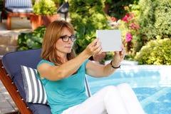 Moderne vrouw in tuin Royalty-vrije Stock Fotografie
