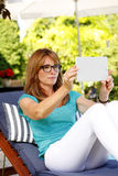 Moderne vrouw in tuin Stock Afbeelding