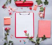 Moderne vrouwelijke bureaulijst met klembord met lege exemplaar ruimtespatie voor lijst of voor input de tekst, bloemen en andere Royalty-vrije Stock Fotografie