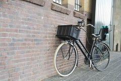 Moderne vrouwelijke fiets Royalty-vrije Stock Foto's