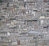 Moderne Wand hergestellt mit Steinen von verschiedenen Formen, von Größen und von Farben Stockbilder