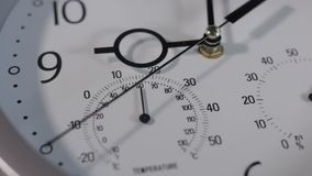 Moderne Wanduhr mit Thermometer stock video footage
