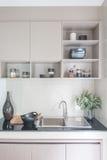 Moderne Wanne auf schwarzer Küchenarbeitsplatte Stockbild