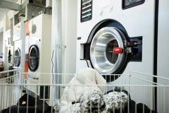 Moderne Waschmaschinen in der Waschküche Stockbild
