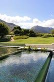Moderne watereigenschap tegen een bergachtergrond Royalty-vrije Stock Fotografie