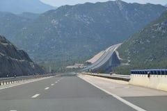 Moderne weg door bergachtig gebied Royalty-vrije Stock Afbeelding