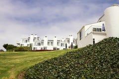 Moderne weiße Häuser auf einem Hügel in Kalifornien Stockfotos