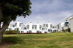 Moderne weiße Häuser auf einem Hügel in Kalifornien Lizenzfreie Stockfotografie